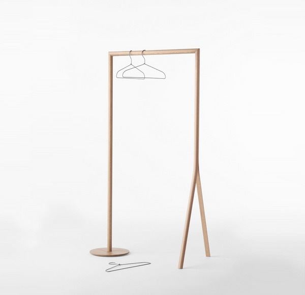 Splinter系列家具是日本著名设计事务所Nendo为日本知名的家具品牌CONDE HOUSE设计的一组创意家具产品。CONDE HOUSE公司一向对自己的家具产品要求十分苛刻,选用天然优质木材做出工艺精湛、经久耐用并且具有鲜明特色的家具是他们始终不变的经营理念,了解Nendo和喜爱其作品的人应该看得出他们在产品和设计的理念上有很多相似之处。Splinter这个名字本身就有使分裂和劈开的意思也正是这一系列产品的主题,利用木材本身的特性并施加以人为的外力作用让单一的形态一分为二或一分为三充满了发散